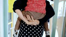 moeder-met-kind-op-rug
